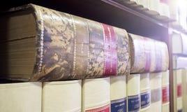 Abbondanza dello scaffale per libri di vecchi libri legali immagini stock