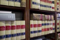 Abbondanza dello scaffale per libri di vecchi libri legali fotografia stock
