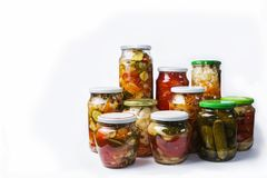 Abbondanza di bei barattoli di vetro con le insalate casalinghe di verdure isolate su fondo bianco Immagini Stock Libere da Diritti