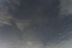 Abbondanza nera del cielo notturno delle stelle con il grande orso Immagini Stock