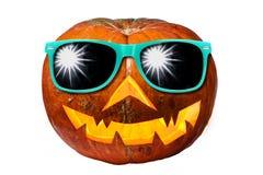 Abóbora de Dia das Bruxas com os óculos de sol isolados Fotos de Stock Royalty Free