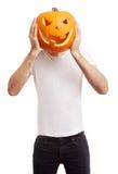 Abóbora de Dia das Bruxas na cabeça do homem, gracejando Fotografia de Stock Royalty Free