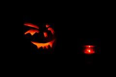 Abóboras de Dia das Bruxas com vela no fundo preto Foto de Stock Royalty Free