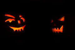 Abóboras de Dia das Bruxas com velas para dentro no fundo preto Foto de Stock