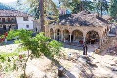 Abboten av den Troyan kloster bland vallfärdar, Bulgarien Arkivfoton