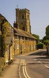Abbotsbury stugor & kyrkligt torn Royaltyfria Foton