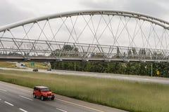 ABBOTSFORD, CANADA - 29 MAGGIO 2019: ponte della bicicletta e del pedone sopra la strada principale immagine stock