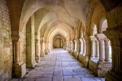 Abbotskloster av Fontenay, Bourgogne, Frankrike Inre av den berömda Cistercian abbotskloster av Fontenay, en UNESCOvärldsarv efte royaltyfri bild