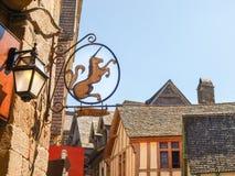 Abbotskloster av Mont St Michel, baner shoppar Royaltyfri Bild