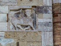 Abbotskloster av Sant& x27; Antimo Montalcino, basrelief Royaltyfri Foto