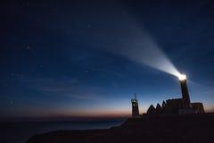 Abbotskloster fördärvar och fyren vid natt, Pointe de Helgon-Mathieu, Bri Arkivfoto