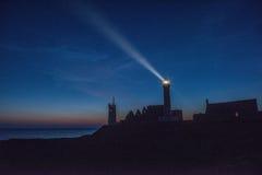 Abbotskloster fördärvar och fyren vid natt, Pointe de Helgon-Mathieu, Bri Fotografering för Bildbyråer