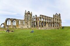 Abbotskloster fördärvar ovanför den whitby staden - nationell arvplats arkivfoton