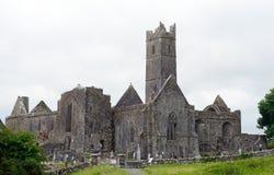 Abbotskloster fördärvar, Quin, Irland Arkivbild