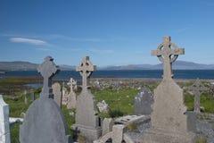 Abbotskloster och keltisk kyrkogård på stranden på Ballingskelligs, län Ke Royaltyfria Bilder