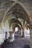 Abbotsklosterundercroft med stödet välvde taket royaltyfri fotografi