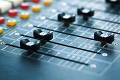 Abbottona l'attrezzatura per controllo del tecnico del suono illustrazione di stock