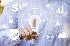 Abbottoni l'icona online di affari della lampadina di idea immagini stock libere da diritti