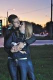 Abbracci amorosi delle coppie in sera Immagini Stock