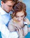Abbracci del ` s degli uomini forti L'amore reale passa Love Story in grande città immagini stock