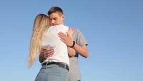 Abbracciare amoroso della ragazza e del tipo stock footage