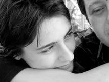 Abbracciare degli amanti fotografie stock libere da diritti