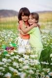 Abbracciare degli amici Immagine Stock