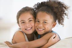 abbracciare degli migliori amici Fotografie Stock Libere da Diritti