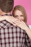 Abbracciare dell'uomo e della donna Immagini Stock Libere da Diritti