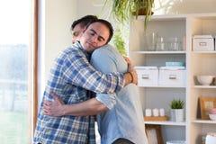 Abbracciare della coppia dello stesso sesso fotografie stock