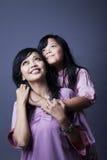 Abbracciare della figlia e della madre Immagine Stock