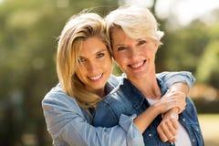 Abbracciare della figlia e della madre immagini stock libere da diritti