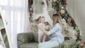 Abbracciare della figlia e della madre video d archivio