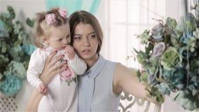 Abbracciare della figlia e della madre stock footage