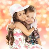 Abbracciare della ragazza e del ragazzino Fotografie Stock Libere da Diritti