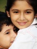 Abbracciare della sorella Fotografie Stock
