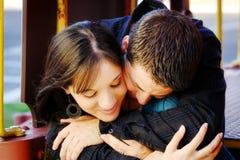 Abbracciare delle coppie Immagine Stock