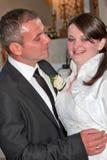 Abbracciare delle coppie del newlywed Immagini Stock Libere da Diritti