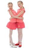 Abbracciare delle due sorelle Fotografia Stock Libera da Diritti