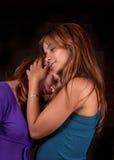 Abbracciare delle sorelle fotografia stock libera da diritti