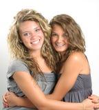 Abbracciare delle sorelle Immagini Stock