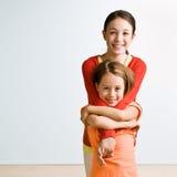 Abbracciare delle sorelle Fotografia Stock