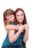 Abbracciare delle sorelle fotografie stock libere da diritti