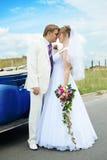 Abbracciare dello sposo e della sposa Fotografie Stock Libere da Diritti