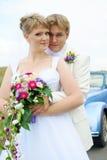 Abbracciare dello sposo e della sposa Immagini Stock Libere da Diritti