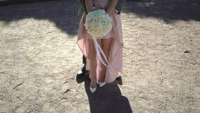 Abbracciare dello sposo e della sposa archivi video