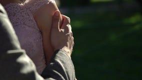Abbracciare dello sposo e della sposa stock footage