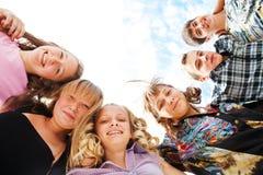 Abbracciare di anni dell'adolescenza Fotografia Stock Libera da Diritti