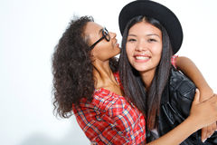 Abbracciare di risata dei migliori amici Immagine Stock