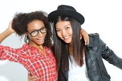 Abbracciare di risata dei migliori amici Fotografia Stock